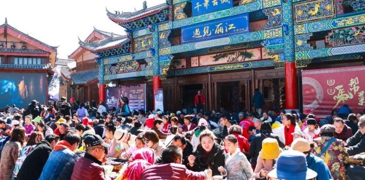 大研花巷举办千人长街宴 《遇见·丽江》马帮三部曲引爆春节古城
