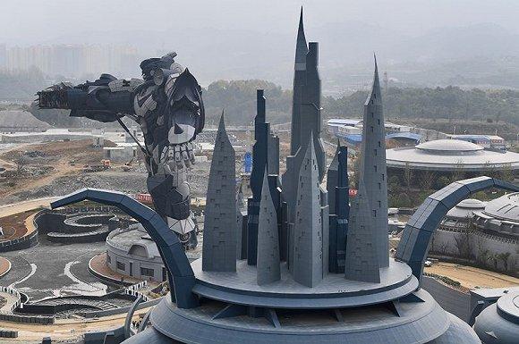 星球大战主题VR馆、VR过山车、VR太空旅行,科幻谷主题科员的一切都和虚拟现实挂上了钩,这同时也将成为中国规模最大的虚拟科幻主题公园。 9月25日,在巨大的变形金刚前,公园举行了科幻体验季活动的启动仪式,在体验季期间,公园会以邀请的形式让游客免费参观。但是,公园的大多数场馆还在建设之中,第一期外星人基地将在12月完工,占地500亩,但具体的开放时间还未定,据悉,整个公园将有15个主题馆,会以不同类型的宇宙战舰、飞碟、机器人元素为灵感,打造未来的宇宙城市,从名字来看已经很科幻了,星战纪、