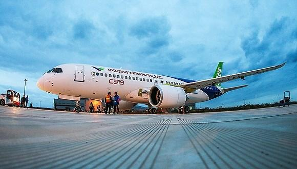 2017年5月5日,这一天注定将会被载入中国民航业的史册。下午3点19分,在经过79分钟的飞行之后,中国第一架国产大型喷气式客机C919在现场上千名观众的掌声和欢呼声中平稳地降落在上海浦东机场,顺利完成它的首次飞行。 这架飞机是由中国商用飞机有限责任公司(下称商飞)设计研发,历经十年时间从无到有,去年11月正式下线,尽管首飞时间一再推迟,但是它的顺利起飞、平稳降落意味着中国民用航空工业完成了里程碑式的一跃。  C919起飞 我觉得非常非常兴奋,很多人为这一刻已经工作了将近10年,看到飞机平稳滑行、起飞,我