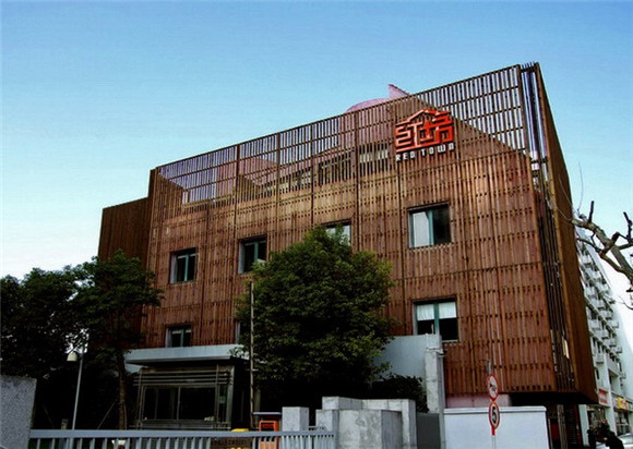 上海红坊创意区以上海城市雕塑艺术中心为主体,并有多功能会议区、大型活动及艺术展览场馆、多功能创意场地等灵活的空间应用。改建于上钢十厂原轧钢厂的厂房,利用老工业建筑的钢筋铁骨,将厂房的高大空间、框架结构等特点与现代建筑艺术相结合,使新旧空间互相结合、流动、自然过度,将红坊打造成为了一个综合文化中心,公共区域和局部办公区域顶楼采用全透明玻璃屋顶,以营造一种通透阳光的效果。 上海红坊创意区与上海城市雕塑艺术中心融为一体,南邻淮海西路、徐家汇商业中心,西靠虹桥CBD商务区和新华路历史风貌保护区,内有大型展示厅、